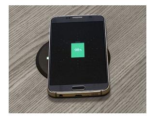 Draadloze-oplader-mobiel-bureau