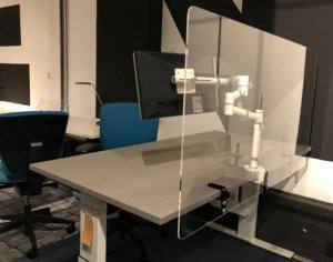 Plexiglas bureauscherm met beugels plexiglazen wand